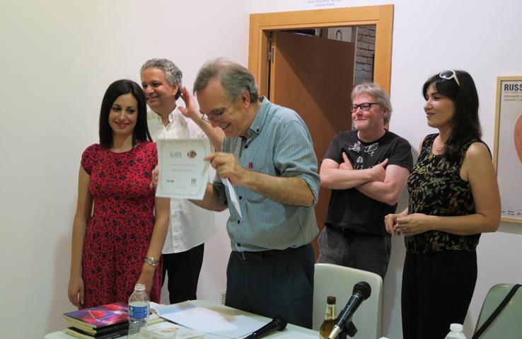 El jurado del concurso de «El arte del microrrelato», organizado por Contrabando en Russafart 2016, entrega el primer premio a Esther Magar ante una gran cantidad de asistentes en Imprevisual Galería (01/07/2016)