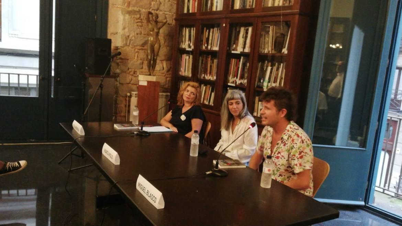 """Presentación en Barcelona de la novela de Marta Polo Ysalgué, """"Donde nunca ocurre nada"""". Con Eva Hibernia y Miguel Blasco en el Centre Artístic de Sant Lluc (18/09/2020)"""