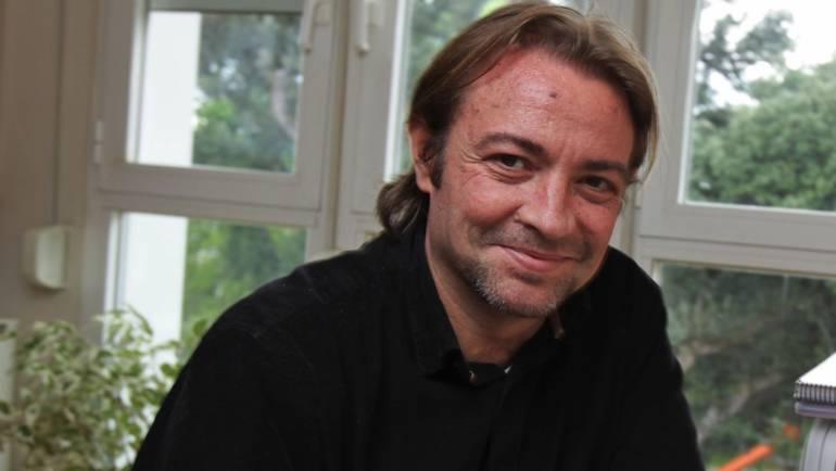 Reseña de Bel Carrasco sobre el escritor Juan Gracia Armendáriz y su «Fuego amigo». MAKMA